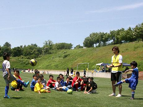 弘前足球診所的前J·萊格(J Leger),在縣內外為60名兒童提供服務